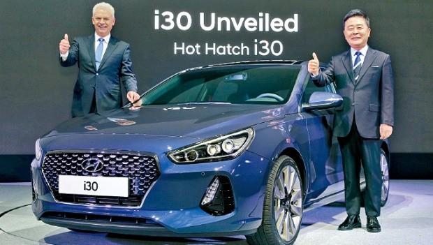 알버트 비어만 현대자동차 부사장(왼쪽)과 곽진 부사장이 7일 신차 출시 행사에서 신형 i30를 소개하고 있다. 현대차 제공