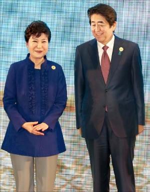 박근혜 대통령이 7일 라오스 비엔티안 국립컨벤션센터(NCC)에서 열린 '아세안(동남아국가연합)+3' 정상회담 기념촬영을 하기 전 아베 신조 일본 총리와 대화하고 있다. 강은구 기자 egkang@hankyung.com