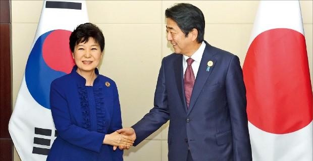 아세안(동남아국가연합) 정상회의 참석을 위해 라오스를 방문한 박근혜 대통령이 7일 비엔티안 국립컨벤션센터(NCC)에서 아베 신조 일본 총리와 회담에 앞서 악수하고 있다. 비엔티안=강은구 기자 egkang@hankyung.com