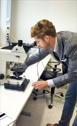 독일 바이엘의 코래보레이터 건물에 입주한 헬스케어 스타트업 캘리코의 미하엘 드로쉬 운영 실장이 연구개발 성과를 설명하기 위해 현미경을 조작하고 있다. 베를린=이상은 기자