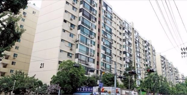 이달 말 재건축 기본계획이 발표될 예정인 서울 압구정동 구현대 아파트 단지 전경. 한경DB