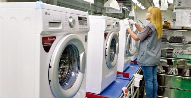 러시아 모스크바 인근 LG전자 생산법인에서 직원들이 제품을 조립하고 있다. LG전자 제공