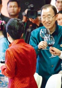 < 박 대통령-반기문 총장, 무슨 얘기? > 반기문 유엔 사무총장이 7일 밤(현지시간) 라오스 비엔티안 국립컨벤션센터 에서 열린 동아시아정상회의(EAS) 만찬에서 박근혜 대통령(왼쪽) 등과 건배하고 있다. 비엔티안연합뉴스