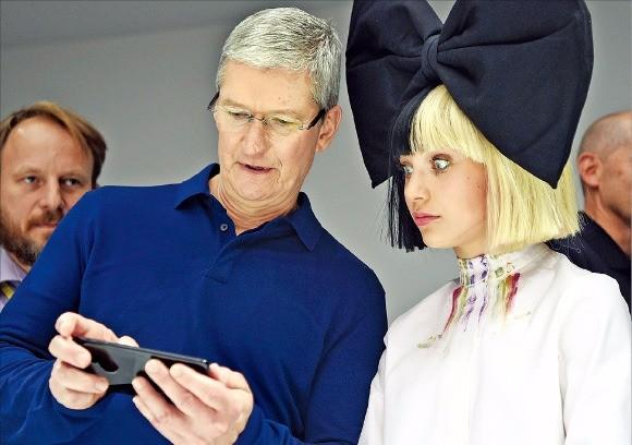 < 새 기능, 이것뿐? > 팀 쿡 애플 최고경영자(CEO·왼쪽)가 7일(현지시간) 미국 샌프란시스코 빌그레이엄 시빅오디토리엄에서 열린 신제품 발표회에서 유명 뮤직비디오 댄서 매디 지글러에게 아이폰7을 소개하고 있다. 샌프란시스코AFP연합뉴스