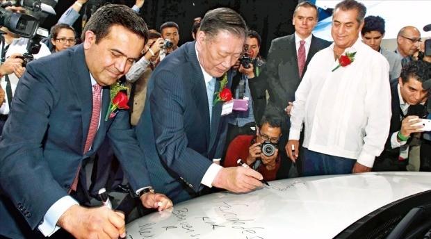 < 기아차 멕시코 공장 가동 > 정몽구 현대자동차그룹 회장(앞줄 가운데)과 비야레알 멕시코 경제부 장관(왼쪽), 칼데론 누에보레온주지사(오른쪽)가 7일(현지시간) 페스케리아시에서 열린 기아자동차 공장 준공식 후 K3(현지명 포르테)에 기념 서명을 하고 있다. 기아자동차 제공