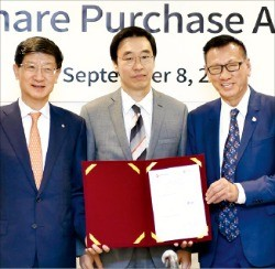 CJ대한통운은 8일 말레이시아 물류기업 센추리로지스틱스 지분을 인수하는 계약을 맺었다. 왼쪽부터 박근태 CJ대한통운 대표 , 유현석 주말레이시아 대사, 다툭 푸아 신 모 센추리로지스틱스 회장. CJ대한통운 제공