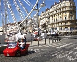 마르세유 항구에 있는 관람차와 도로.
