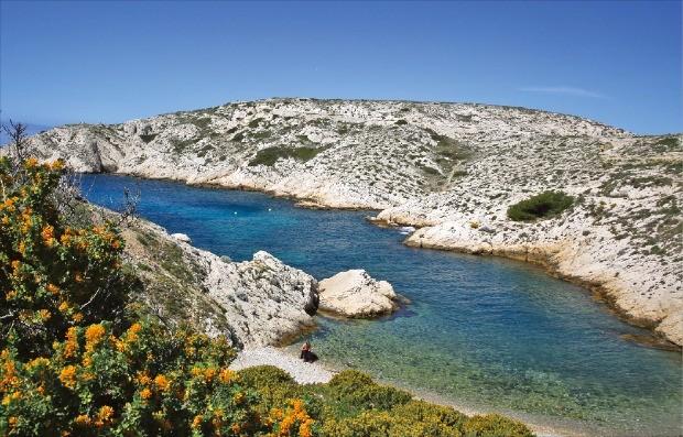 하얀 석회암 바위가 인상적인 프리울 섬.