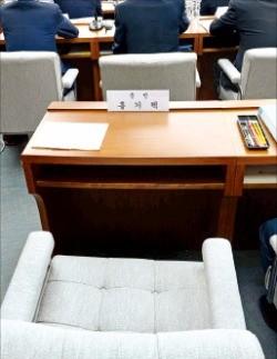 8일 서별관회의 청문회에 출석하지 않은 홍기택 전 산업은행 회장의 빈자리. 김범준 기자 bjk07@hankyung.com
