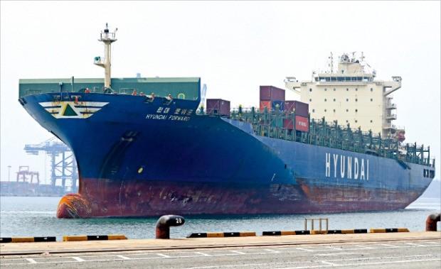 한진해운 사태로 빚어진 물류 차질을 해소하기 위해 투입된 현대상선의 첫 대체선박 현대 포워드호가 9일 부산신항에 입항하고 있다. 연합뉴스