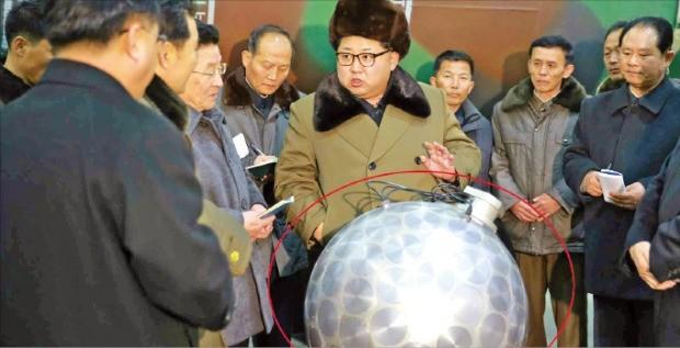 김정은 북한 노동당 위원장이 핵탄두 기폭장치로 추정되는 물체 앞에서 과학자와 기술자들에게 얘기하고 있다. 조선중앙통신이 지난 3월 공개한 장면이다. 연합뉴스