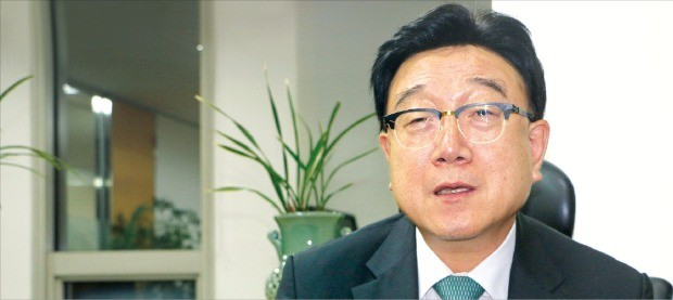이홍규 한국전시산업진흥회 회장이 국내 전시산업의 경쟁력을 끌어올리기 위한 방안을 설명하고 있다. 이선우  기자