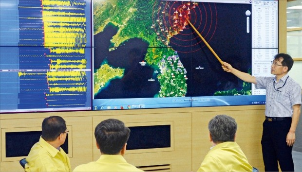 기상청 지진화산센터 전문가들이 9일 오전 북한에서 발생한 인공지진과 관련해 긴급 회의를 열어 진원지 등을 분석하고 있다. 기상청은 이 지진을 북한의 5차 핵실험에 따른 것으로 추정했다. 김범준 기자 bjk07@hankyung.com