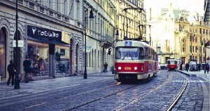 프라하를 상징하는 붉은색 트램.