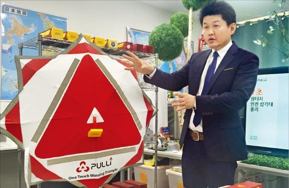 김원석 브링유 대표가 원터치 삼각대 '풀리'의 장점을 설명하고 있다. 이민하 기자