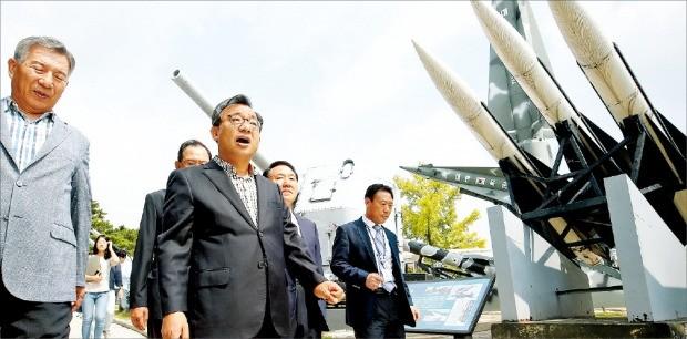 < 전쟁기념관 간 이정현 이정현 > 새누리당 대표(가운데)가 11일 서울 용산 전쟁기념관을 찾아 전시물을 둘러보고 있다. 연합뉴스