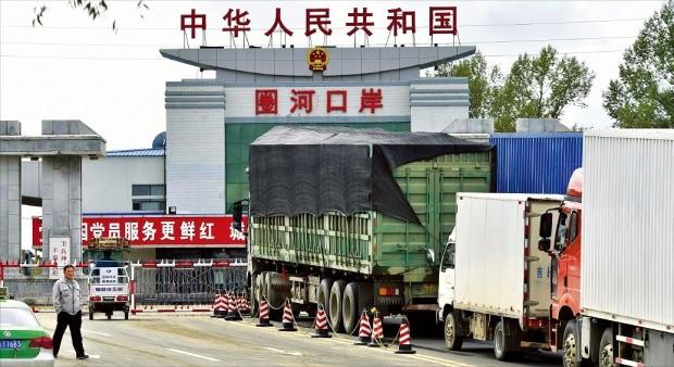 중국 지린성 옌볜의 조선족자치주 훈춘시 국경에서 지난 10일 북한으로 들어가려는 대형 트럭들이 통관을 기다리고 있다. 중국 정부는 9일 5차 핵실험을 한 북한을 즉각 비난했지만 국제사회의 강경한 대북 추가 제재는 자제해야 한다고 주장하고 있다. 훈춘교도연합뉴스