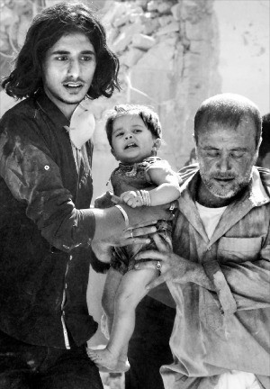 < 시리아 북부엔 여전히 공습 공포 > 시리아 정부군과 반군의 최대 격전지인 알레포에서 10일(현지시간) 공습으로 30여명이 사망했다. 공습을 단행한 주체는 공식적으로 확인되지 않았지만 시리아 정부군의 전투기 공격으로 보는 시각이 많다. 시리아 반군과 자원봉사자가 공습으로 무너진 건물 아래에서 구조된 한 아기를 옮기고 있다. 알레포AFP연합뉴스