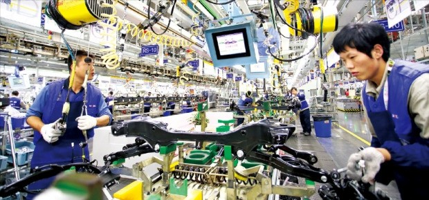 현대모비스 베이징 공장 직원들이 생산라인에서 수십~수백개 부품으로 이뤄진 '모듈'을 만들고 있다. 현대모비스 제공