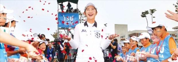 < 꽃길 걷는 배선우 > 배선우가 11일 이수그룹 KLPGA챔피언십 결승전에서 투어 데뷔 3년 만에 생애 첫 메이저 대회 우승을 일궈낸 뒤 시상식에서 축하 꽃세례를 받고 있다. KLPGA 제공