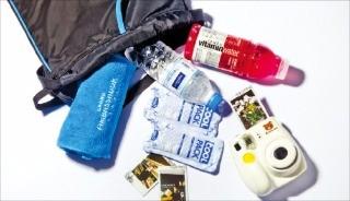 그랜드앰배서더서울의 '남산 트레킹 패키지'는 남산을 구석구석 둘러볼 수 있도록 트레킹 지도와 스포츠 가방을 제공한다.