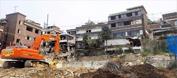 서울 마포구 대흥2재개발구역(신촌 그랑자이) 공사현장에서 철거 작업이 한창이다.