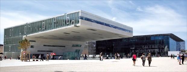 독특한 외관을 자랑하는 뮤셈 박물관