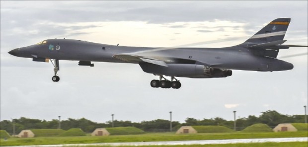 미국 공군 전략폭격기 B-1B '랜서'가 13일 한반도에 온다. B-1B 랜서는 B-52, B-2와 함께 미국의 3대 전략폭격기로 꼽힌다. ♣♣미국 공군 제공♣♣