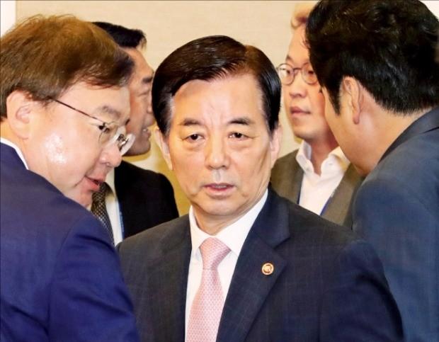 한민구 국방부 장관(가운데)이 12일 국회에서 열린 '북핵 해결을 위한 새누리당 의원 모임(핵포럼)'의 긴급 간담회에 참석했다. 연합뉴스
