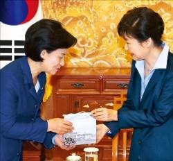 추미애 더불어민주당 대표(왼쪽)가 박근혜 대통령에게 선물을 건네고 있다. 강은구  기자  egkang@hankyung.com