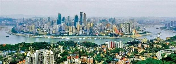 양쯔강(長江)이 남북을 가르고 있는 충칭시 전경. 충칭시 중심부는 양쯔강과 자린강이 합류하는 지점이어서 예부터 물류의 중심지 역할을 했다.