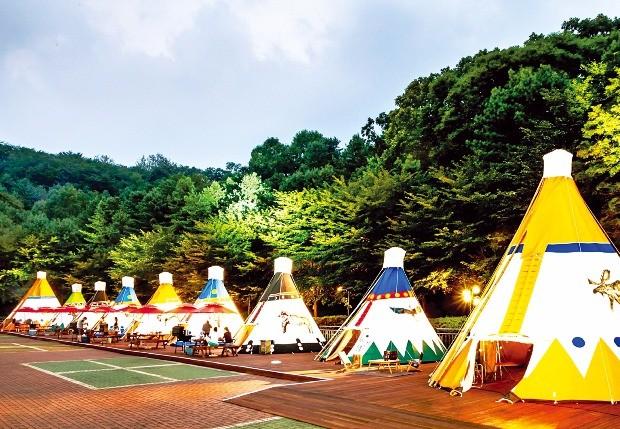 워커힐호텔은 서울 아차산에 있는 점을 십분 활용해 호텔 건물 옆에 캠핑존을 조성했다. 의자나 조리도구를 챙길 필요 없이 모든 캠핑 용품이 갖춰져 있다.