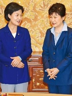 박근혜 대통령이 12일 청와대에서 여야 3당 대표와 만났다. 박 대통령이 회동에 앞서 추미애 더불어민주당 대표와 환한 표정으로 얘기하고 있다. 강은구 기자 egkang@hankyung.com