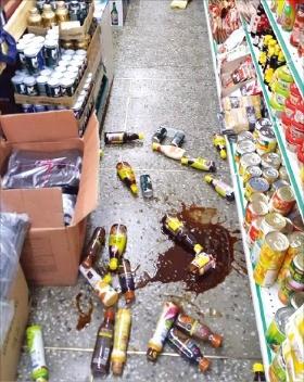 강력한 지진의 충격으로 경주시내 한 마트의 상품들이 바닥에 떨어져 있다. 연합뉴스