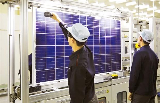 한화큐셀의 태양광 셀 공장에서 직원들이 작업을 하고 있다.
