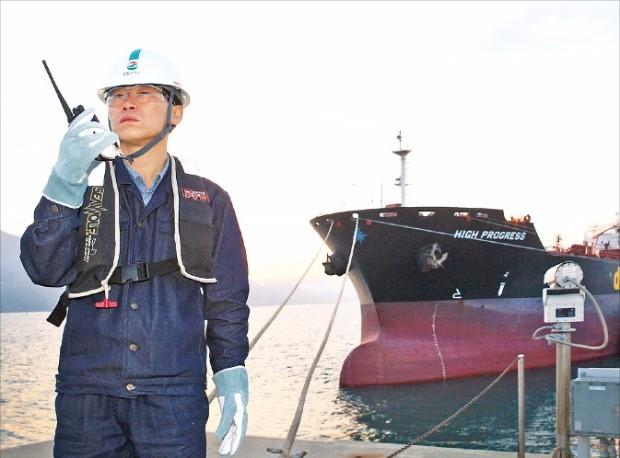 GS칼텍스 직원이 석유제품 수출을 관리하고 있다.