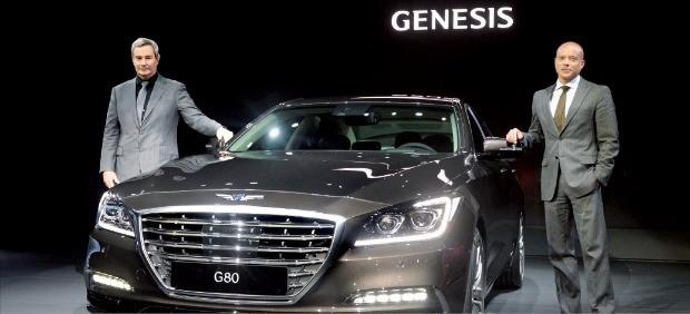 현대자동차의 고급차 브랜드 제네시스는 지난 6월2일 부산 벡스코에서 열린 '2016 부산국제모터쇼'에서 EQ900에 이어 두 번째 모델 G80을 처음 선보였다. 마케팅 담당인 맨프레드 피츠제럴드 현대차 전무(오른쪽)와 디자이너 루크 동커볼케 전무가 G80을 소개하고 있다.