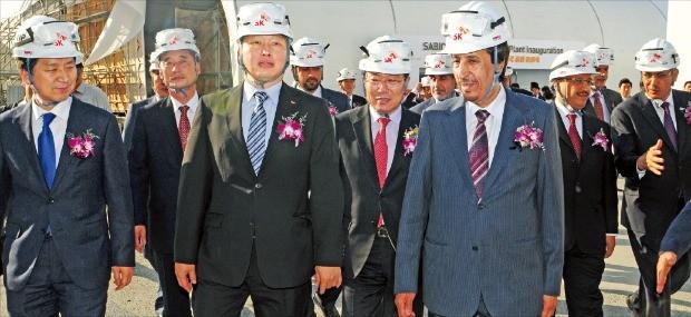 최태원 SK그룹 회장(앞줄 왼쪽 두 번째)이 2015년 10월 사우디아라비아 석유회사 사빅과 합작한 울산 넥슬렌 공장 준공식을 마친 뒤 생산 현장을 둘러보고 있다.