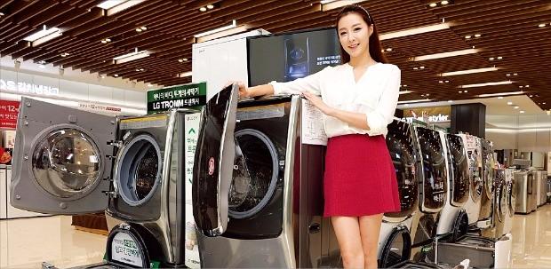 서울 강남구 도산대로에 있는 LG 베스트샵 강남본점 매장에서 모델이 LG 세탁기 대표 제품인 '트롬 트윈워시'를 소개하고 있다.