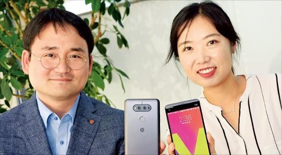 V20을 기획한 남태진(왼쪽)·서지영 매니저가 제품을 소개하고 있다. LG전자  제공