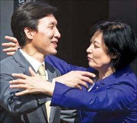 추미애 더민주 대표(오른쪽)가 18일 김민석 민주당 대표를 포옹하고 있다. 연합뉴스