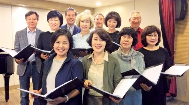 지난 7일 서울 서초동 디엠아트센터에서 한국예술종합학교 문화예술 최고위과정 졸업생으로 이뤄진 시니어 합창단 '카포 크누아' 단원들이 노래를 연습하고 있다. 김희경 기자