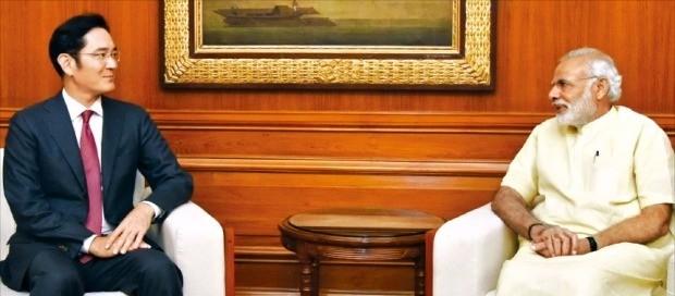 이재용 삼성전자 부회장(왼쪽)이 지난 15일 인도 뉴델리 총리관저에서 나렌드라 모디 인도 총리와 만나 인도와 삼성의 사업 협력 방안을 논의하고 있다. 인도 총리실 제공