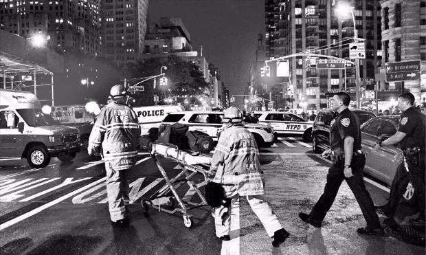 미국 뉴욕 맨해튼 남서부 첼시에서 17일 오후 8시30분(현지시간) 폭발물이 터져 최소 29명이 다쳤다. 폭발 현장에 출동한 소방관들이 부상자를 옮기고 있다. 뉴욕AFP연합뉴스