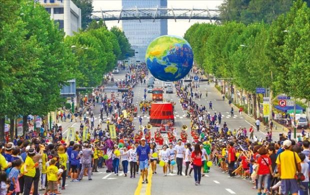 지난해 10월 열린 서울 서초구 서리풀페스티벌에 참가한 시민들이 반포대로에서 퍼레이드를 하고 있다. 서초구 제공