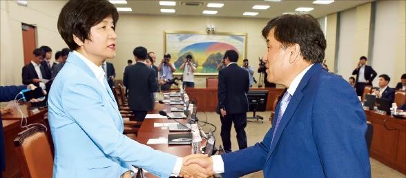 이진복 국회 정무위원장(새누리당·오른쪽)과 김영주 더불어민주당 의원이 19일 국회에서 열린 정무위 전체회의에서 악수하고 있다. 신경훈 기자 khshin@hankyung.com