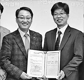 노석균 영남대 총장(왼쪽)과 이남식 현우테크 사장이 기술이전 협약을 맺고 있다. 영남대 제공