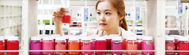 서울 양재동에 있는 한국콜마 색조연구소의 연구원이 색조화장품 원료를 살펴보고 있다. 한국콜마 제공