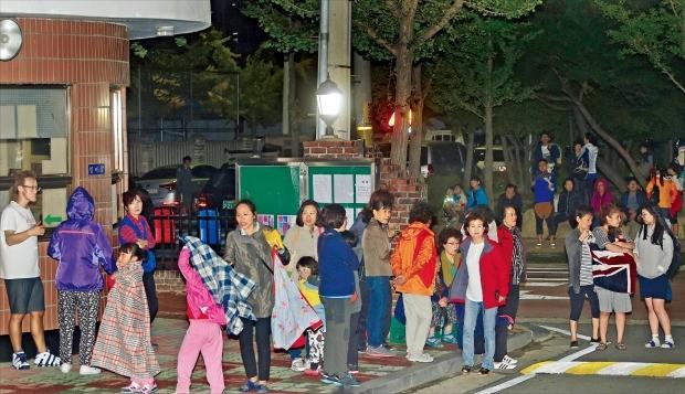 < 집 밖으로 … 불안한 경주 시민들 > 경북 경주시에서 규모 4.5의 여진이 발생한 19일 밤 경주시 용강동의 한 아파트에서 시민들이 집 밖으로 대피해 있다. 연합뉴스