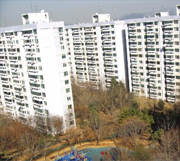 8년째 재건축 사업이 지지부진한 서울 여의도 시범아파트가 신탁 방식으로 재건축 사업을 추진하고 있다. 한경DB